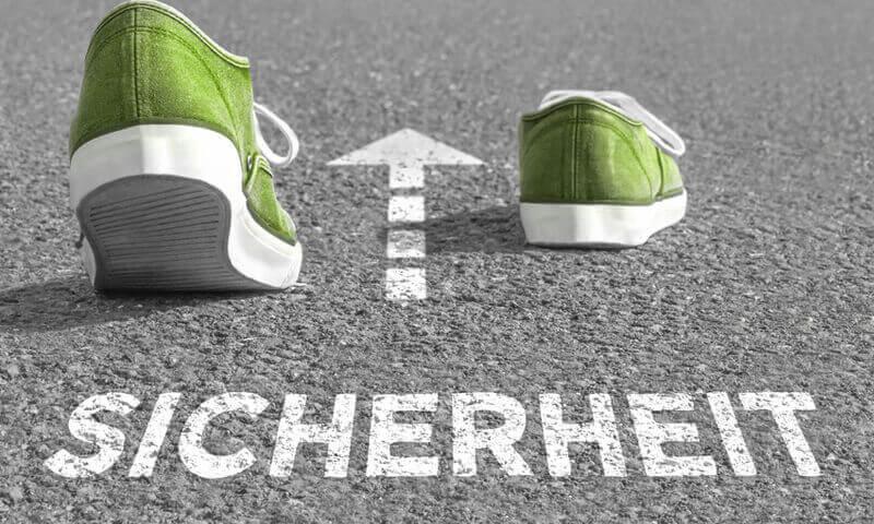 Schuhe mit Pfeil und der Aufschrift Sicherheit