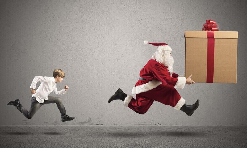 Weihnachtsmann rennt vor Mann weg