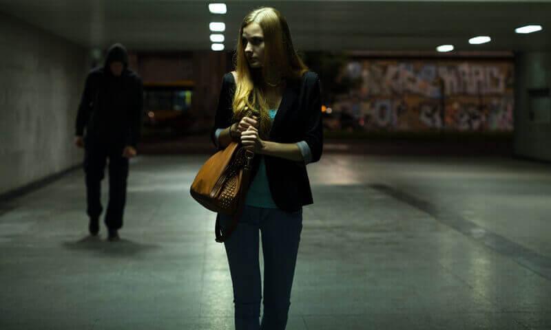 Frau wird Nachts von Mann verfolgt