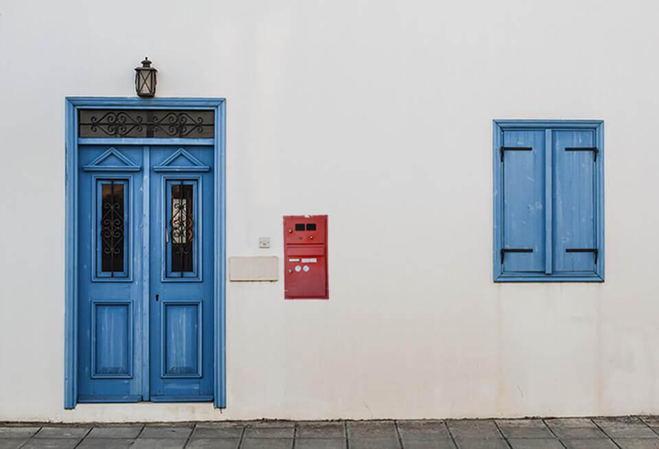 Eingangstür mit altem Briefkasten