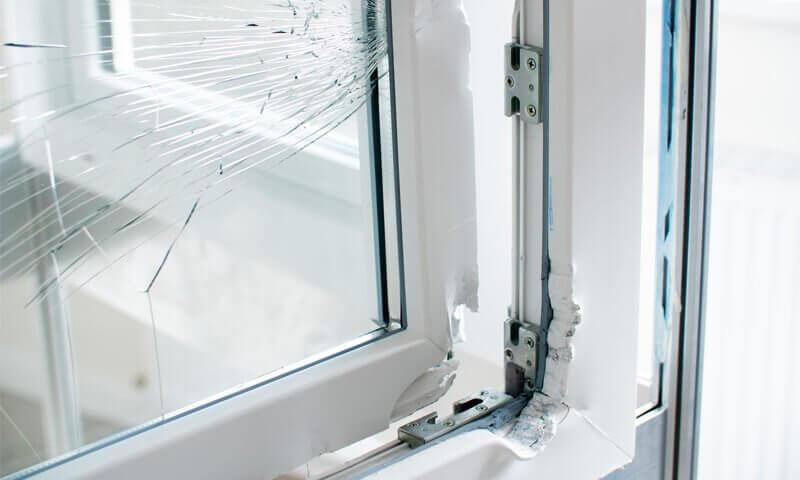 kaputtes Fenster, Einbruch, Diebstahl, unsicheres Fenster