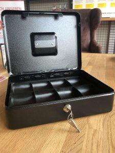 offene Geldkassette mit Schlüssel