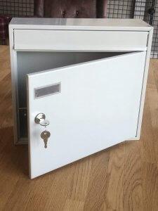 offener Briefkasten mit Schlüssel