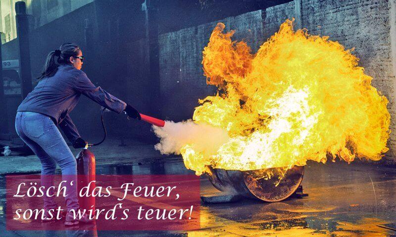 Feuer löschen, Feuerlöscher, Frau löscht Feuer mit Feuerlöscher